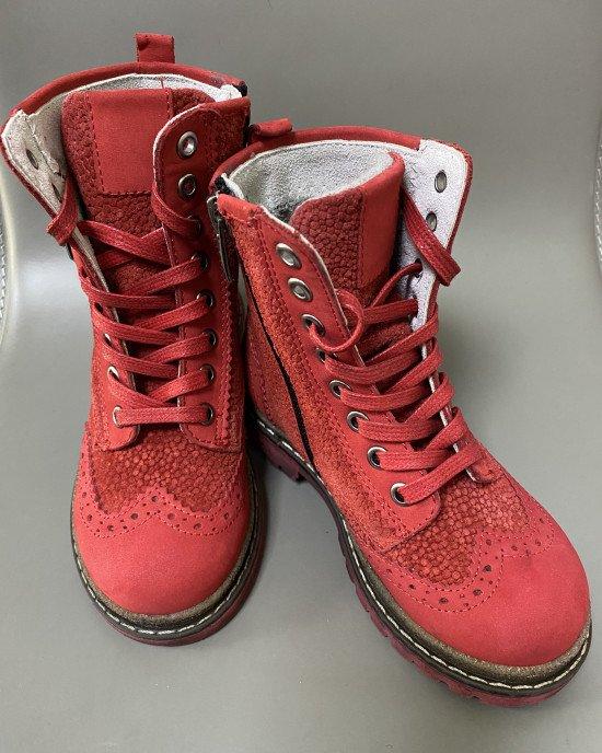Ботинки красного цвета, высокие из натуральной кожи с декоративными элементами
