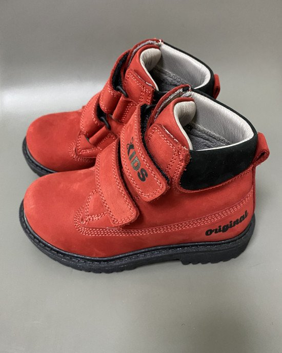 Ботинки из натуральной кожи красного цвета на липучках