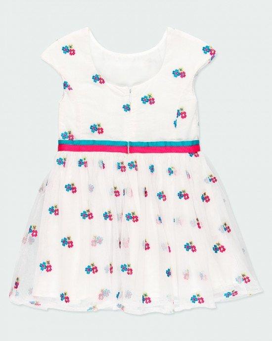 Платье Chic  белого цвета с цветочной вышивкой