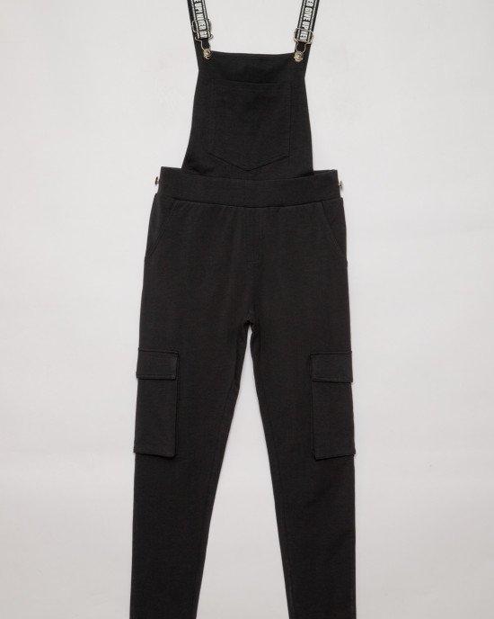 Комбинезон черного цвета с накладными карманами и регулируемыми бретельками