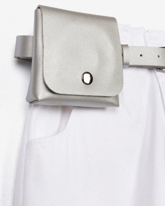 Джинсы кремового цвета с сумочкой на ремне
