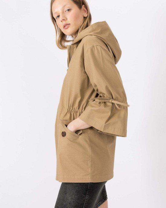 Куртка - ветровка с капюшоном бежевого цвета