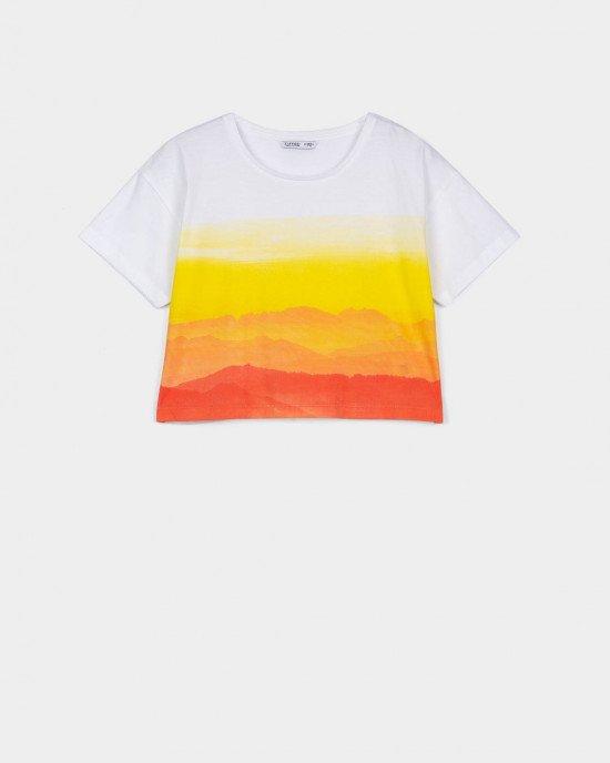 Топ белого цвета с ярко - оранжевым принтом градиентом