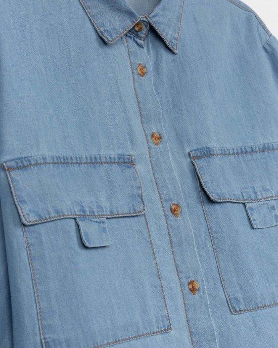 Рубашка голубого цвета, укороченная, с большими карманами
