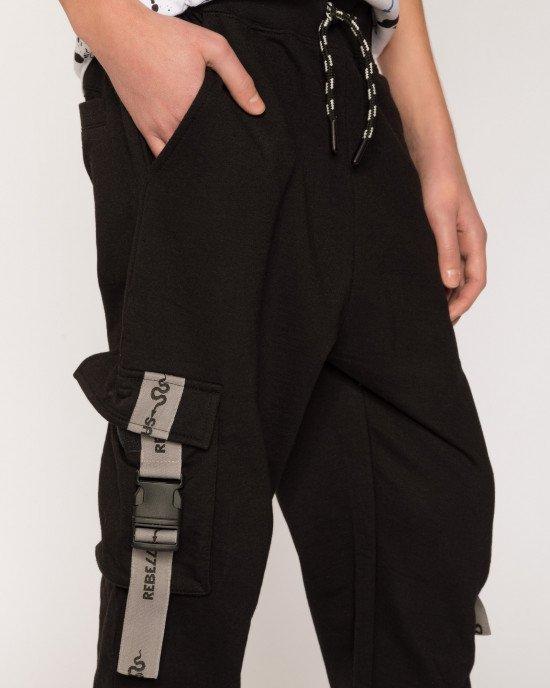 Брюки спортивные черного цвета с накладными карманами