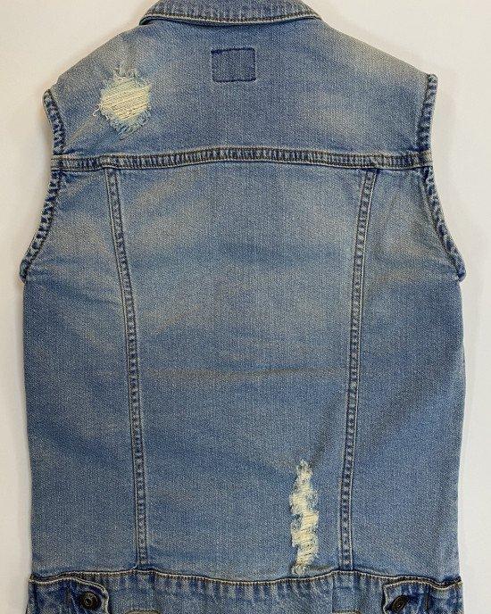 Жилет из джинсовой ткани с рваным эффектом