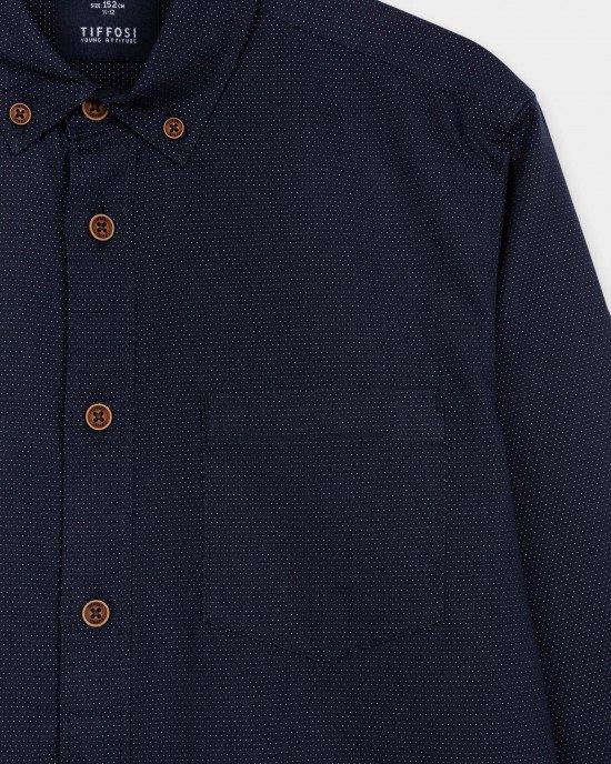 Рубашка синего цвета с пуговицами на воротнике