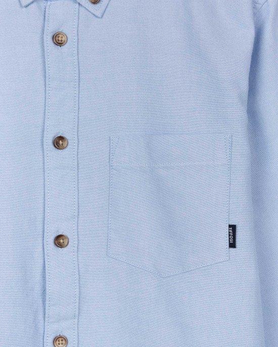 Рубашка голубого цвета с длинными рукавами и карманом