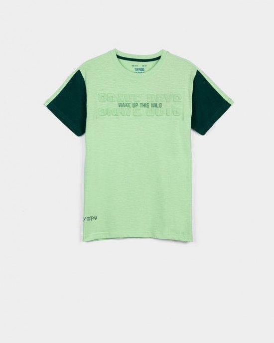 Футболка зеленого цвета с тиснением на ткани
