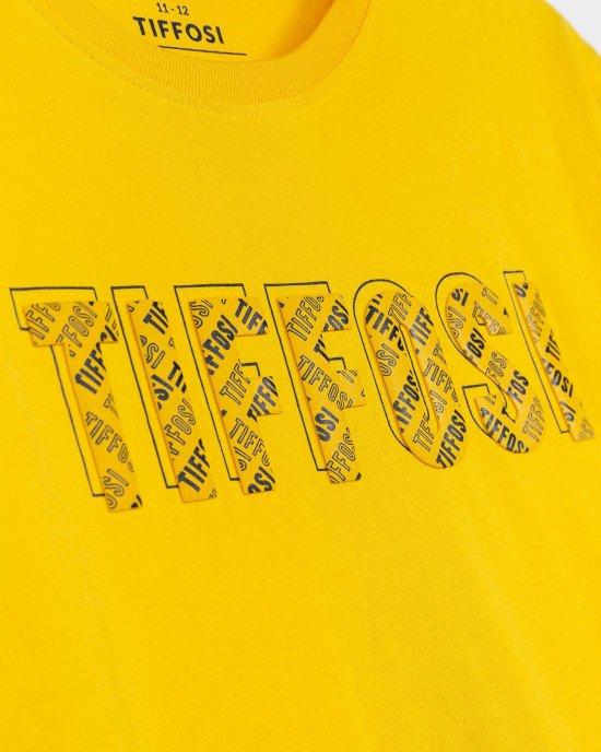 Футболка желтого цвета с объемными буквами спереди
