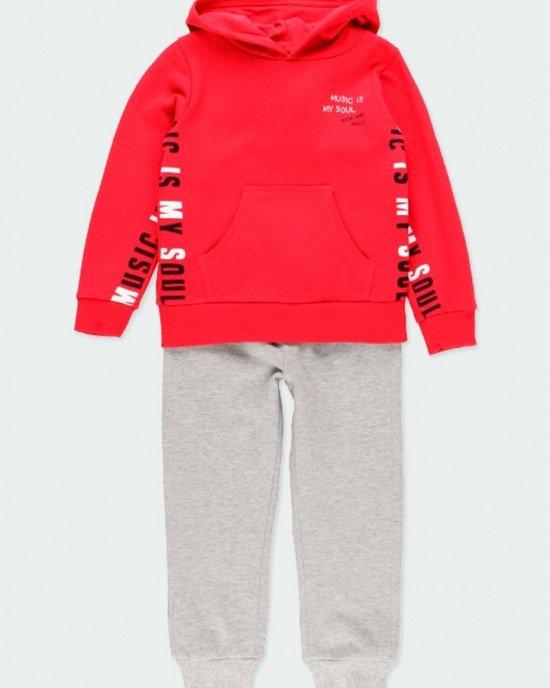 Костюм утепленный (худи красного цвета и серые штаны)