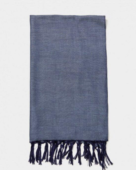Шарф синего цвета на концах с кисточками